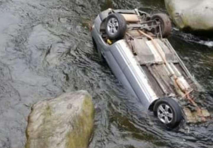 Se salvan de milagro tras caer a un río en Chiriquí con todo y vehículo