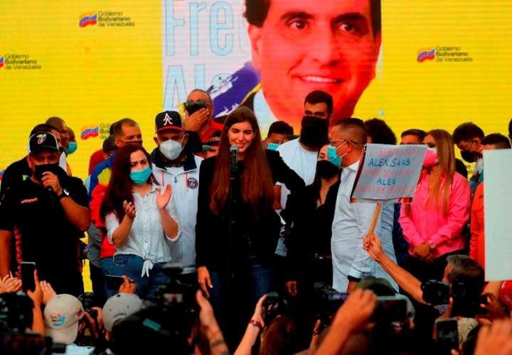 Fotografía tomada el pasado 17 de octubre en la que se registró a Camila Fabbri, esposa de Alex Saab, durante una concentración de apoyo al empresario colombo-venezolano extraditado a EE.UU., en Caracas (Venezuela). EFE