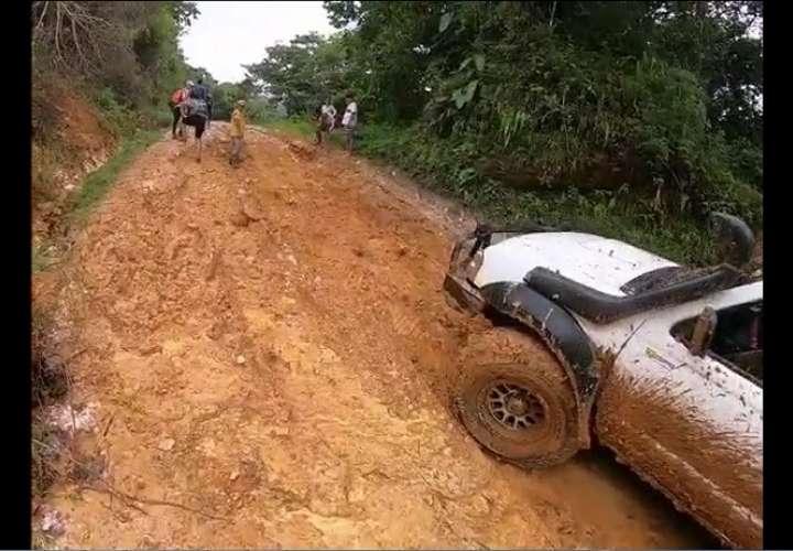 Las lluvias han empeorada la mala condición de la vía hacia Sanat Fe.