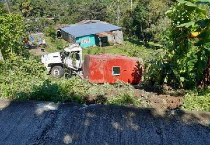 Camión articulado cae a precipicio en Chilibre