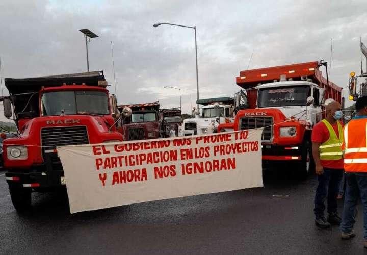 Camioneros cierran calles en Colón y piden contratación en proyectos de Gobierno