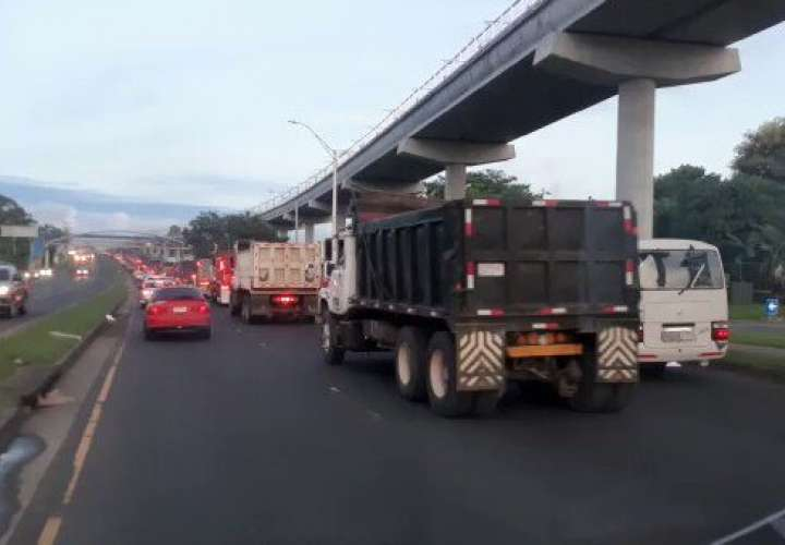 Camioneros realizan caravana para pedir trabajo   [Video]