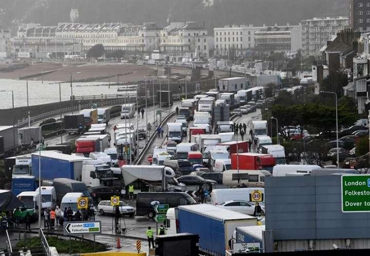 Las principales escenas de tensión se vivieron en el lado británico, donde se agolpan desde hace tres días miles de camioneros. EFE