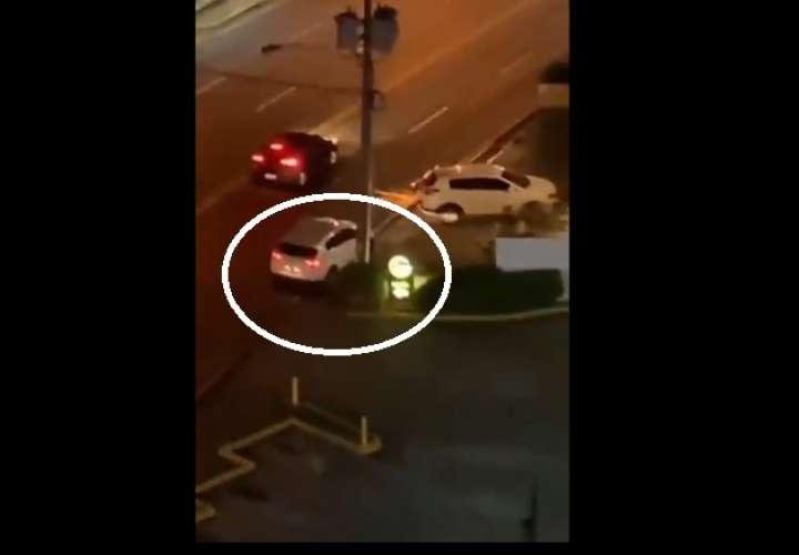 Mujer fue despojada de su auto; policía intenta detener robo, sin éxito