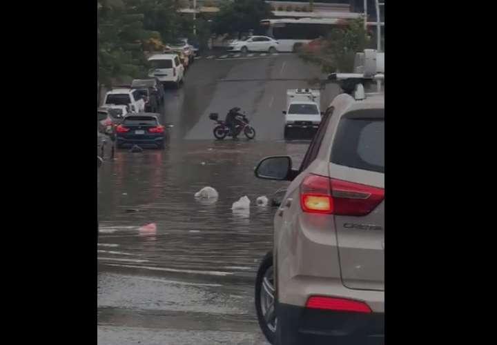 ¡Glu, glu! Fuerte lluvia deja calles anegadas