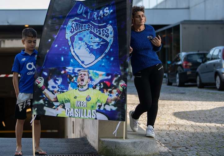 Seguidores del Oporto rinden homenaje al futbolista español del Oporto Iker Casillas, ingresado en el hospital CUF tras sufrir un infarto agudo de miocardio durante un entrenamiento. Foto: EFE
