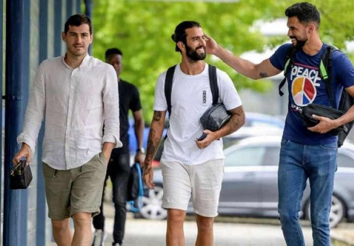 El español Iker Casillas (i) acompañado por sus compañeros Sergio Oliveira (c) y Vaná. Foto: EFE
