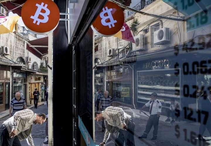 El bitcóin había superado los 41.000 dólares (34.500 euros) a principios de la semana pasada. EFE