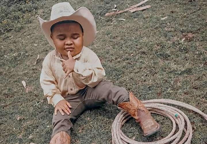 A José David le gusta montar a caballo, enlazar terneros o puercos, y jugar con los gallos. Foto / Cortesía.