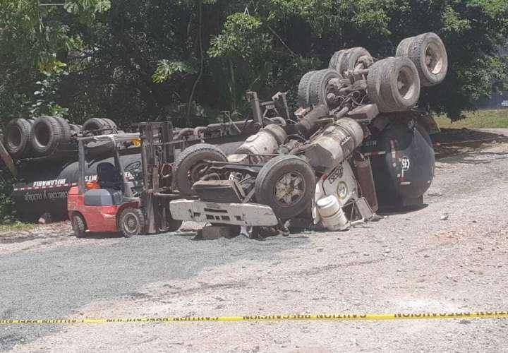 Conductor de camión cisterna muere al volcarse en Colón  [Video]