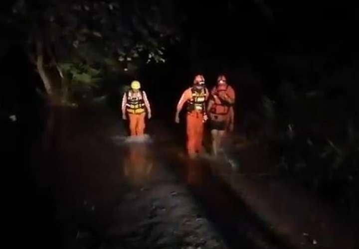 Rescatan a dos personas atrapadas por crecida de río Natá  [VIDEO]