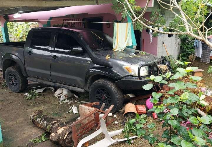 Pick up se estrella contra casa y lesiona a tres personas en Colón