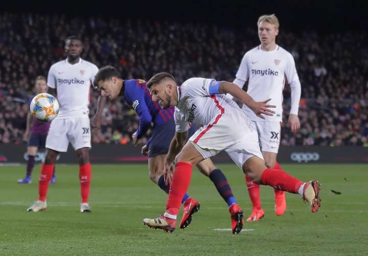 Coutinho anotó su segundo gol a los 54 minutos, peinando el balón ante la marca de un defensor./ Foto AP