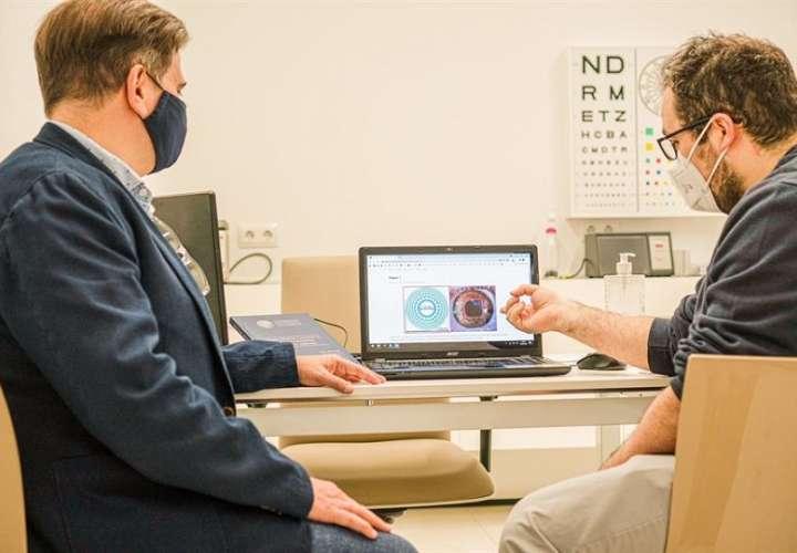 El implante permitirá corregir la vista cansada, una condición ocular cuyo tratamiento ha pasado tradicionalmente por el uso de gafas.  EFE