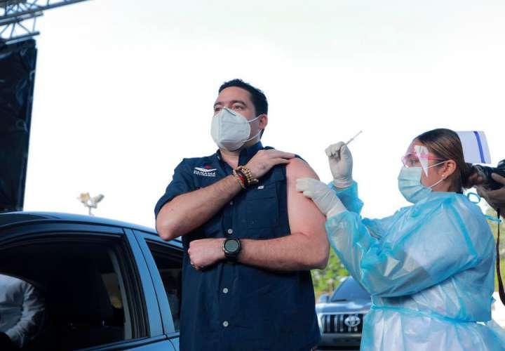 Inicia vacunación con AstraZeneca. Vicepresidente Carrizo primer inmunizado