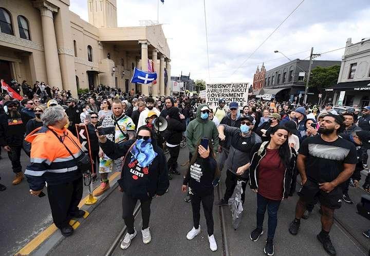 Policía australiana y manifestantes chocan en una protesta contra medidas covid