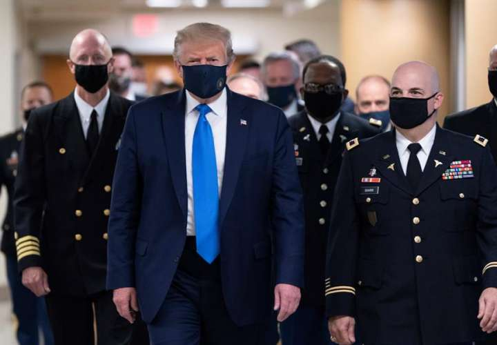 Trump no tiene fiebre, no necesita oxígeno y está trabajando, según médicos