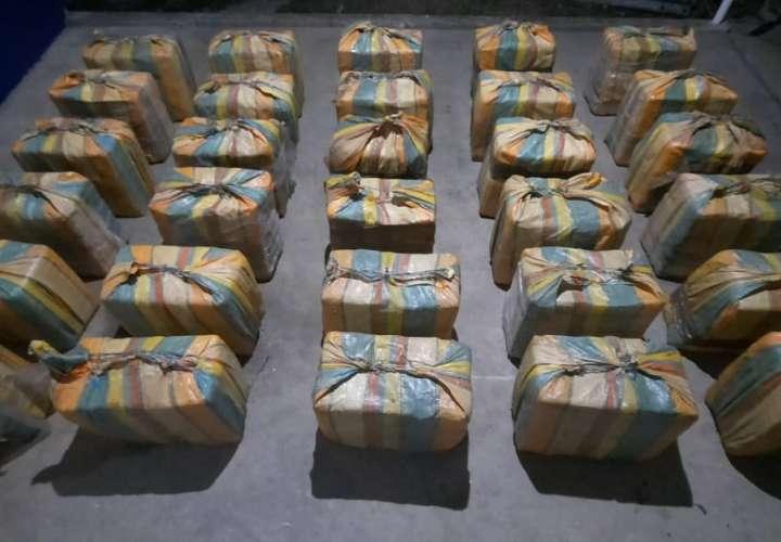 Incautan 900 kilos de cocaína en lancha rápida y detienen a tres extranjeros