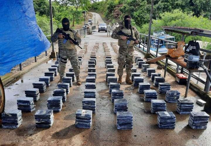 Agarran cuatro panameños transportando narcocargamento en Isla Ladrones (Video)