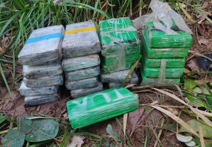 La droga estaba envuelta en plásticos de color verde, transparente y negro.