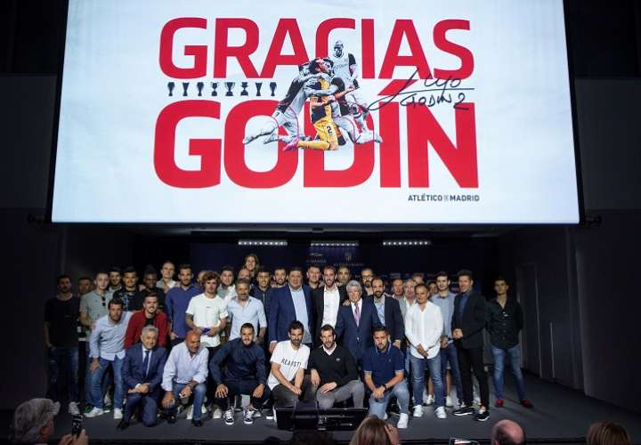 El defensa uruguayo del Atlético de Madrid Diego Godín (c) posa junto a sus compañeros y miembros del cuerpo técnico durante una rueda de prensa. Foto: EFE