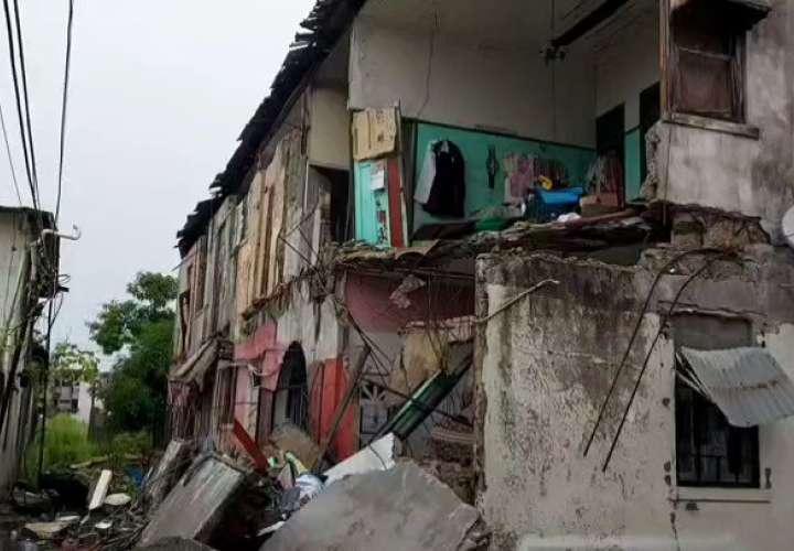 Colapsa viejo caserón en Colón.  8 familias resultan afectadas