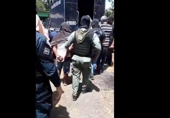 Allanan casa en Pedregal; aprehenden a 5 hombres y decomisan presunta droga
