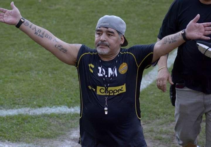 El técnico argentino Diego Armando Maradona (c) saluda a la afición al término de una sesión de entrenamiento./ EFE