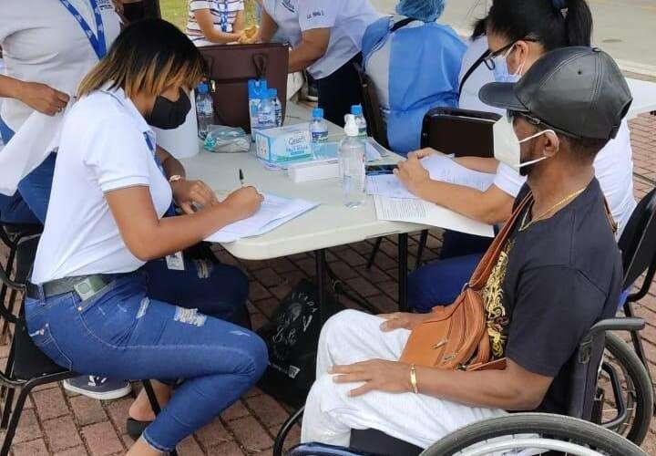 Continúa vacunación para personas con discapacidad en Colón