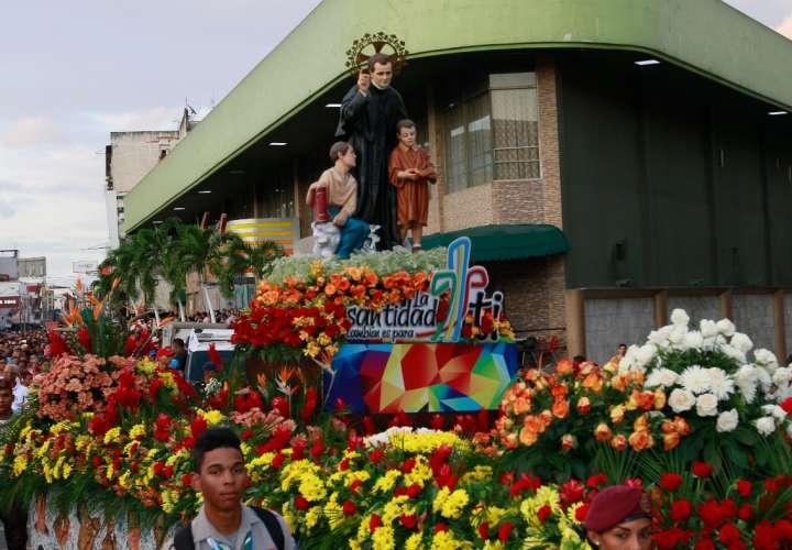 Miles caminan procesión de San Juan Bosco