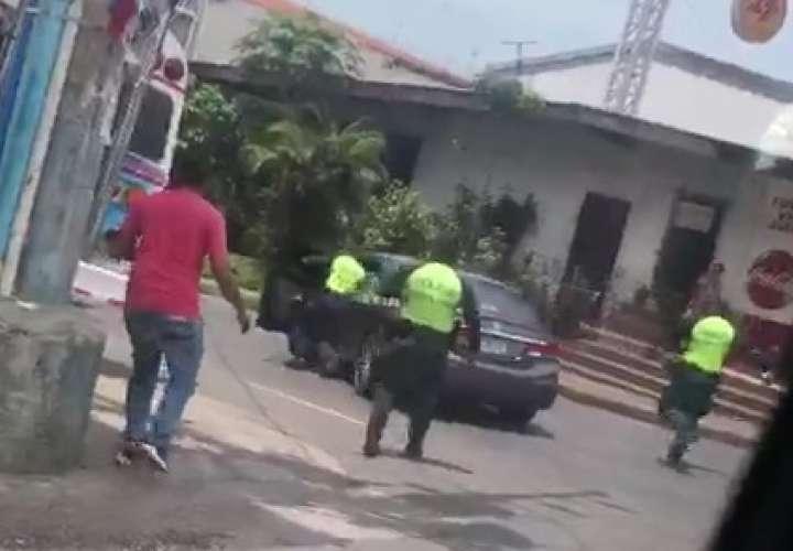 Conductora se mostrosea y casi atropella a tres policías