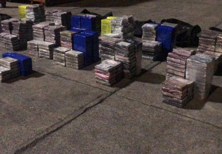 Incautan más de 1,000 paquetes de droga en dos contenedores en puerto de Colón