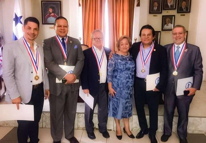 Roberto Durán recibe la Medalla al Mérito Victoriano Lorenzo