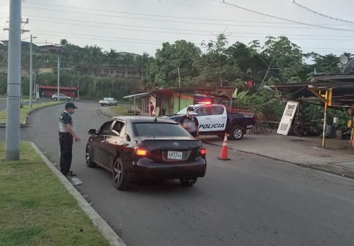 La policía coloca puntos de control en diferentes áreas del país.