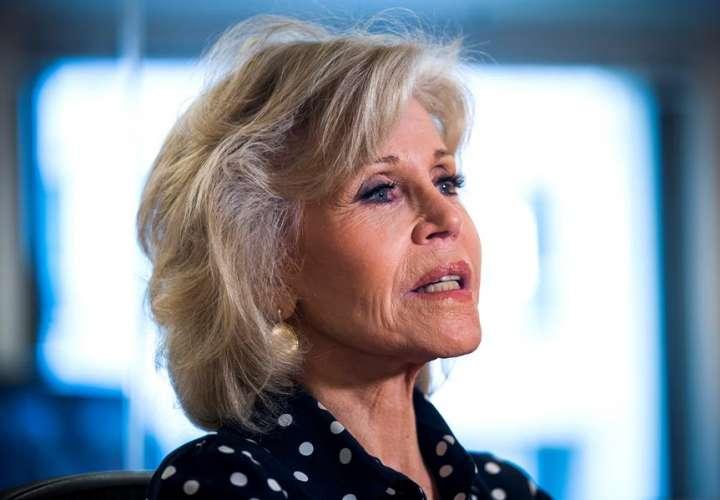 Jane Fonda pide votos mostrando sus curvas de 82 años