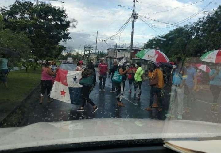 Dos comunidades en la ciudad cierran vías para reclamar entrega de los bonos