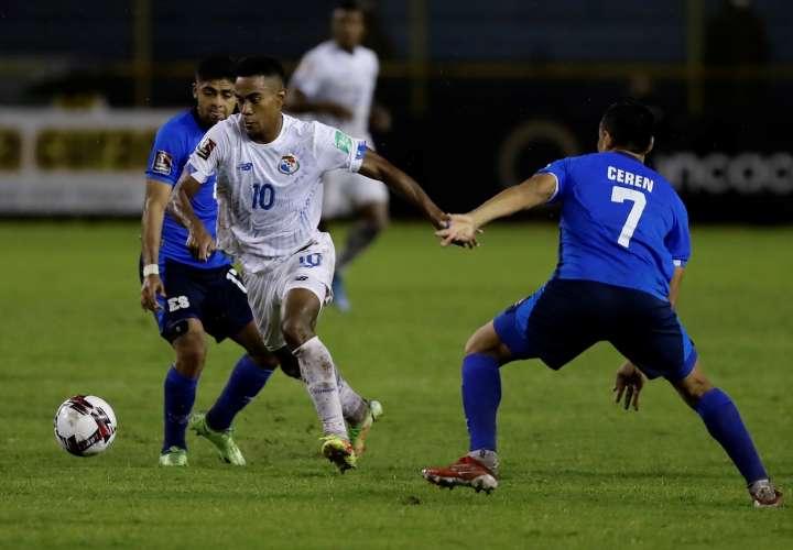 Darwin Cerén (d) de El Salvador disputa un balón con Edgar Barcenas de Panamá. /EFE