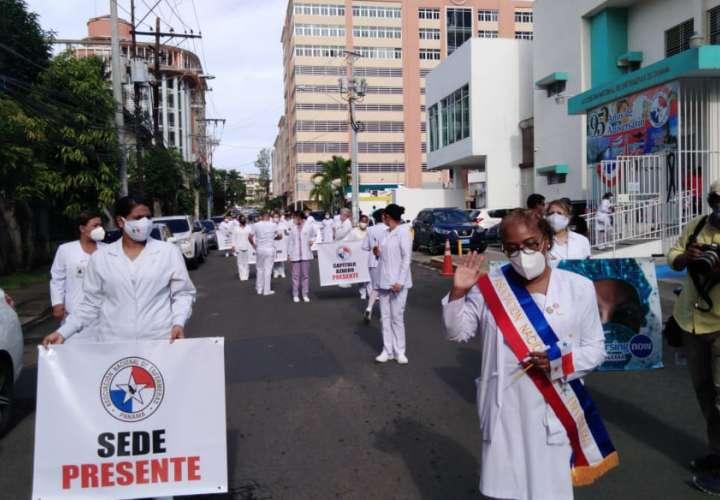 Enfermeras marchan hacia la Presidencia en busca de respuestas  [Video]