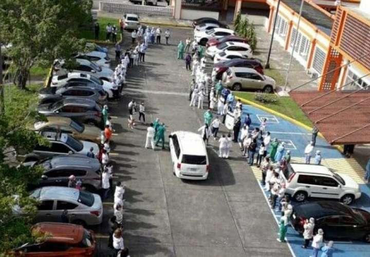 Entre llanto y aplausos despiden a enfermera víctima de Covid