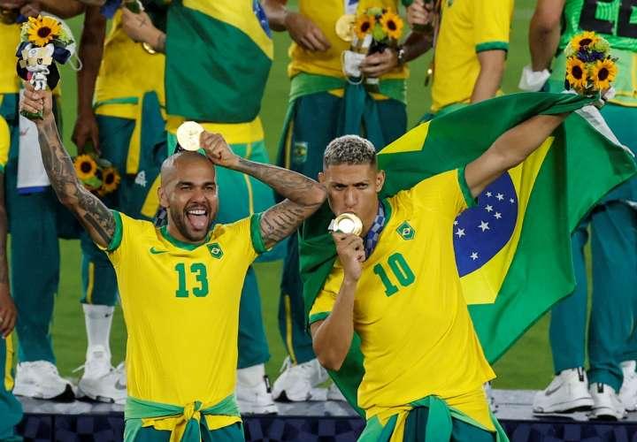 Richarlison (d) y Dani Alves (i) celebran tras conseguir la medalla de oro. /EFE