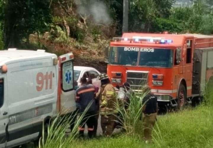 Muere motorizado al colisionar con bus (Video)