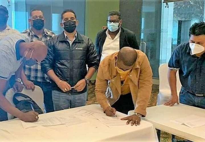 Firma del acuerdo de aumento salarial con el cual se pone fin a la huelga.