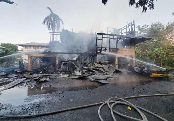 Una casa y siete vehículos fueron arrasados por fuego en Diablo  [Video]