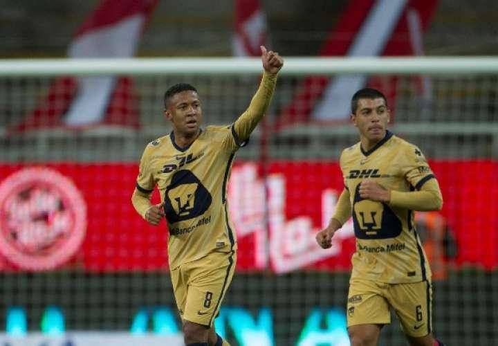 Gabriel Torres (izq.) celebra el gol anotado.