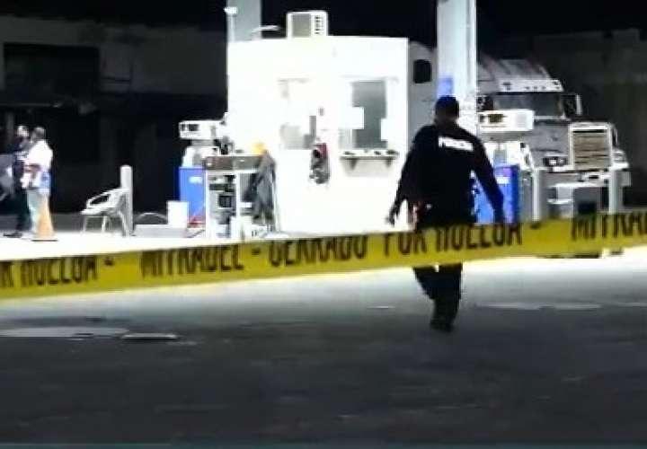 Delincuente resulta herido en medio de asalto en gasolinera