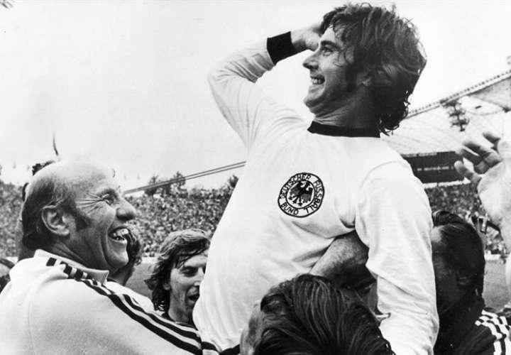 """En la imagen Gerd Müller, apodado """"El Bombardero"""" o """"Torpedo"""", en sus años de gloria. EFE"""