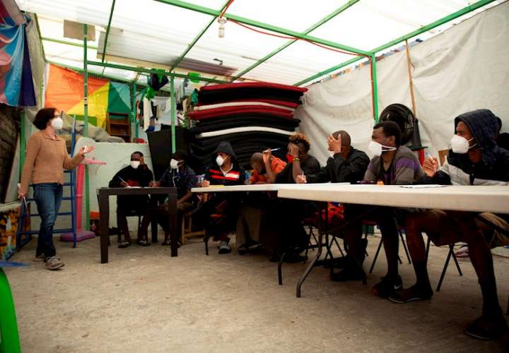 Un grupo de migrantes estudia en el albergue Casa Tochan, en Mexico. EFe