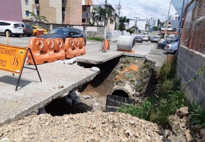Calles de Río Abajo llenas de huecos y con reparaciones inconclusas