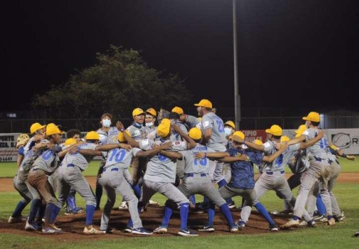 Jugadores del equipo de Herrera celebran la clasificación a la Final del Campeonato Nacional de Béisbol Juvenil. Foto: Fedebeis