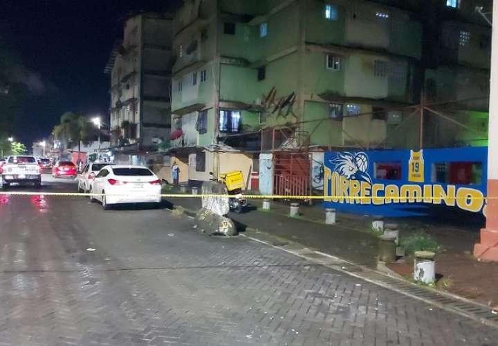 Vista general de la escena del crimen en calle 5 avenida Central en Colón.